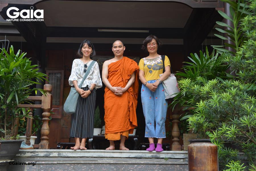 Cán bộ Gaia chụp ảnh cùng sư huynh chùa Huyền Không Sơn Thượng